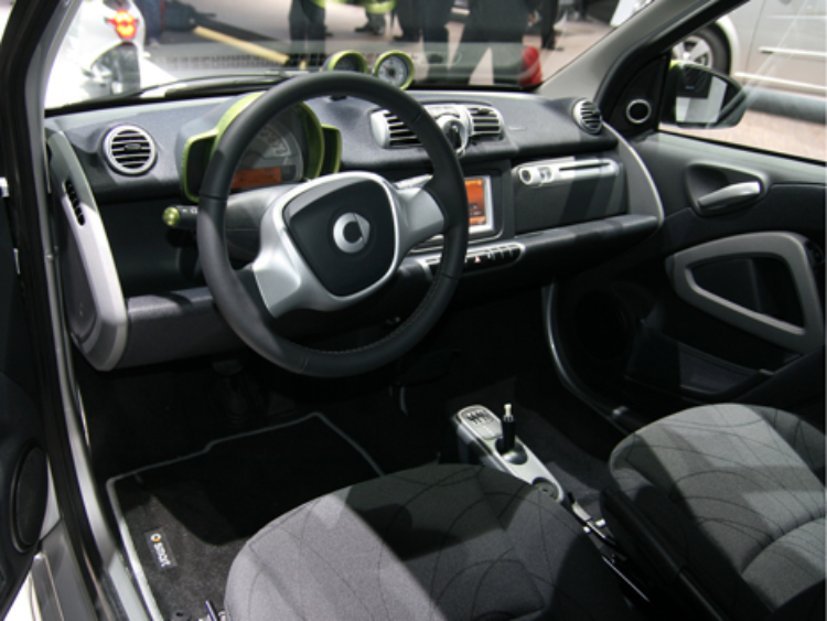 Smart. Автомобиль Fortwo и мопед с велосипедом for one