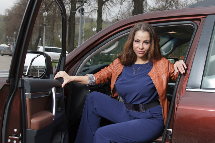 Елена Беркова тестирует Toyota Land Cuiser 200 Executive