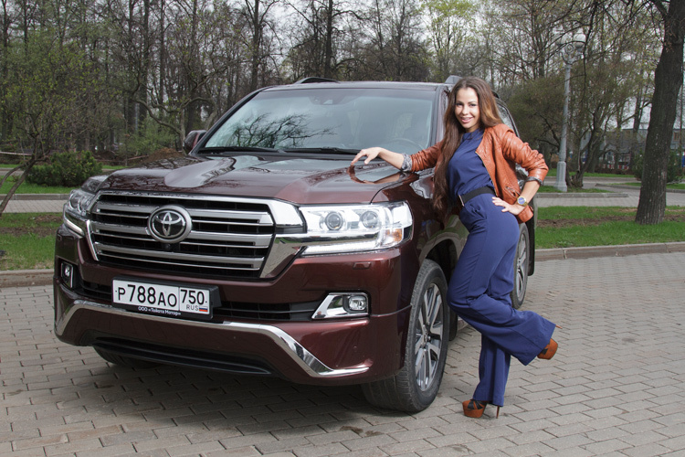 Елена Беркова врядом с Toyota Land Cuiser 200 Executive